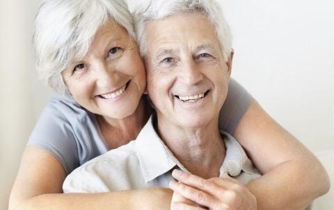 coppia che ha più di 60 anni o comunque avanti con l'età che vulle tenere vita sessuale attiva